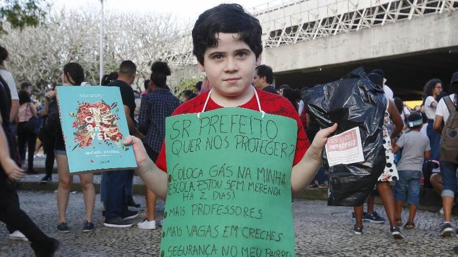 Protesto na Bienal do Livro: Conheça a história do menino que pede melhorias em sua escola