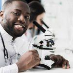 Como funciona um microscópio óptico?